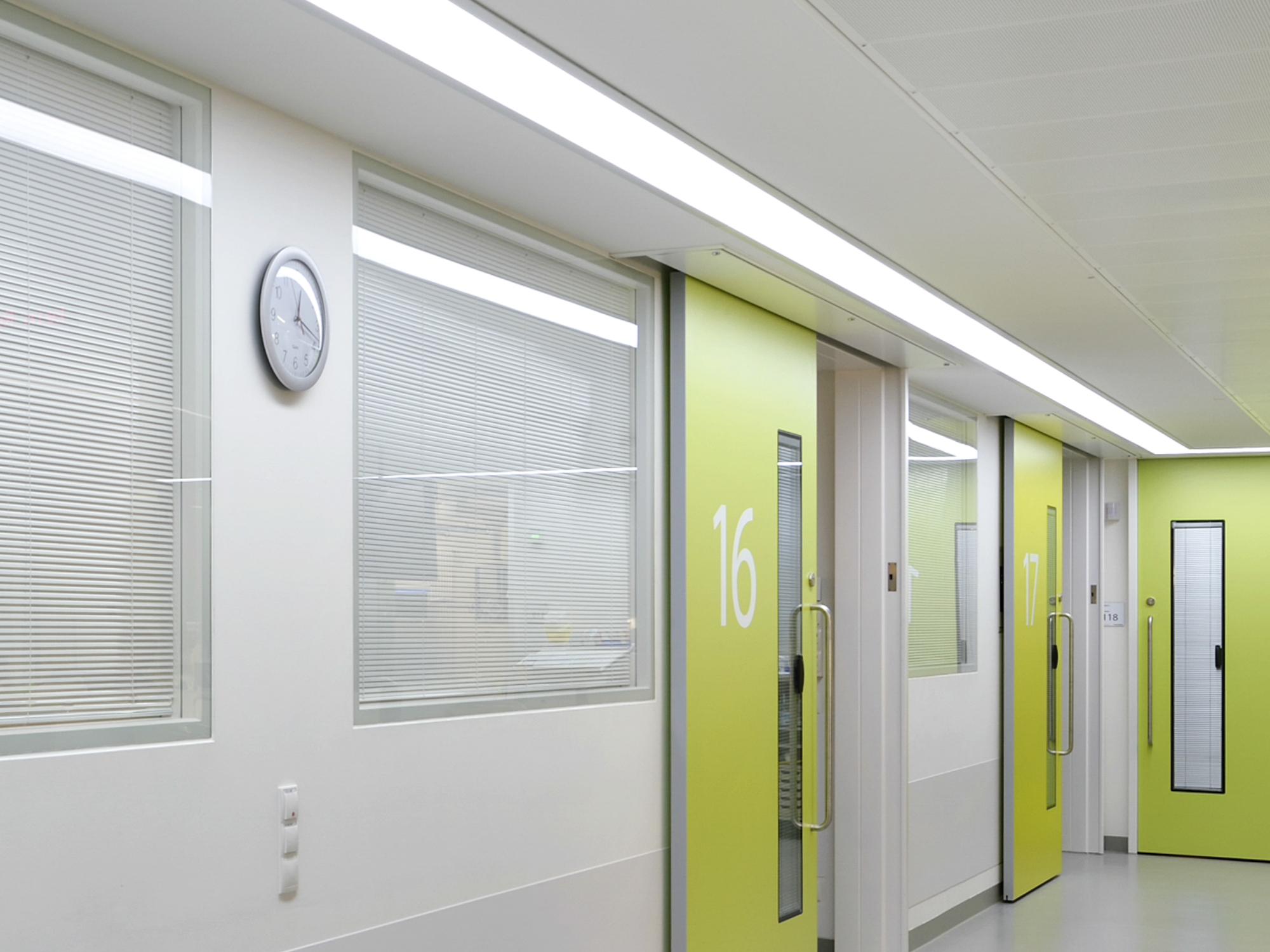 Mit eingebauter Sichtschutzjalousie eignet sich Planline perfekt als Fertigfenster für Kliniken.