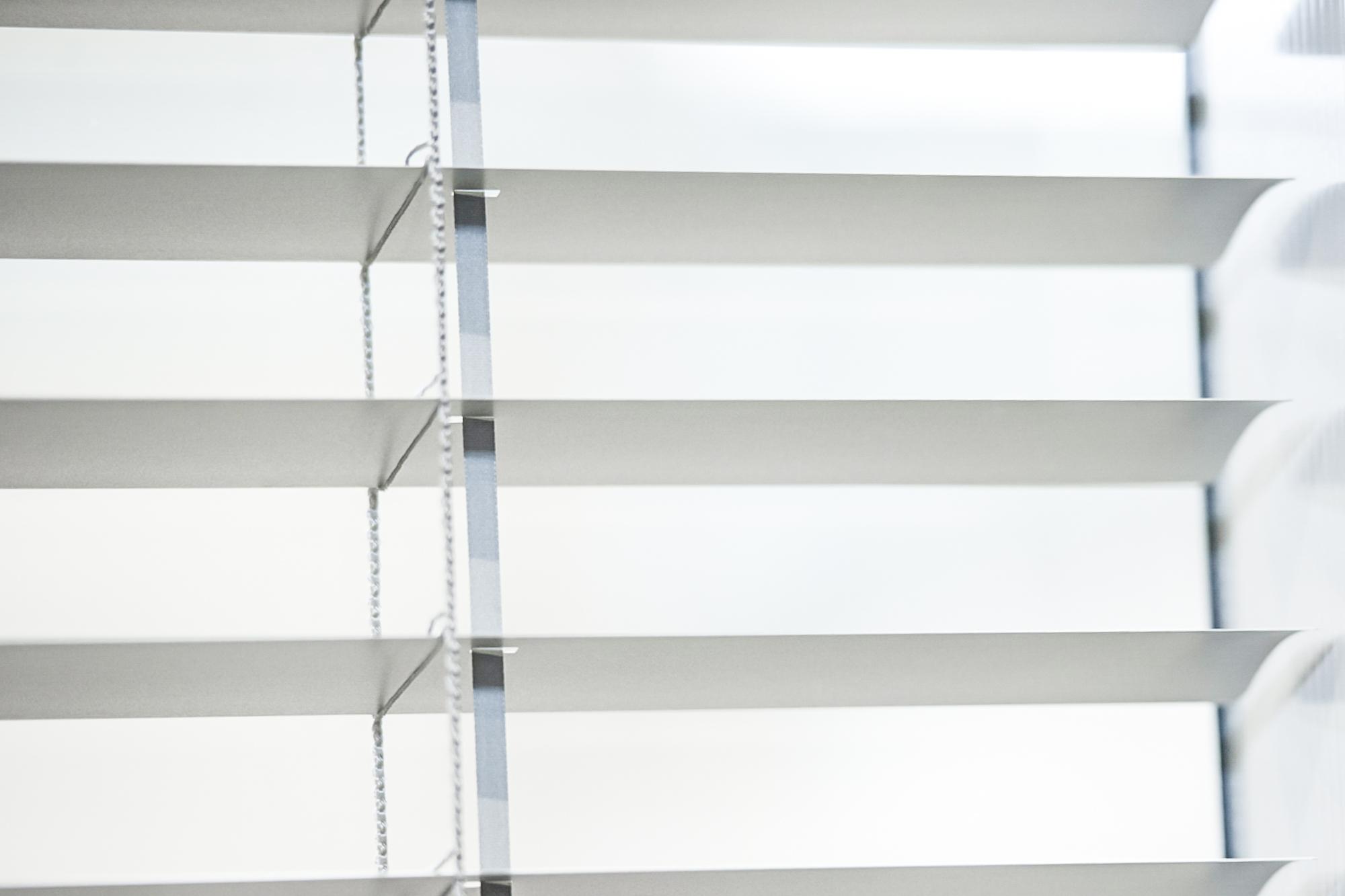 fertigfenster mit sichtschutz jalousie planline. Black Bedroom Furniture Sets. Home Design Ideas