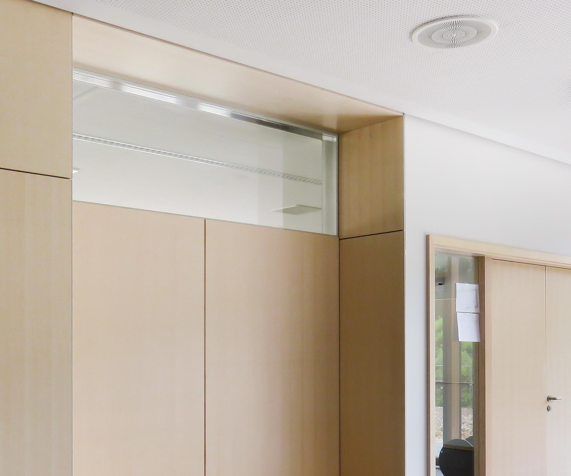 Das Schallschutzglas Fertigfenster harmoniert auf der Zimmerseite flächenbündig mit der Wand.