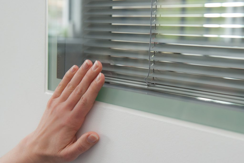 Flächenbündiges Fertigfenster mit eingebauter Sichtschutzjalousie